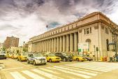 NEW YORK CITY - JUNE 13, 2013: Yellow cabs along Manhattan avenu — Stock Photo