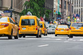 NEW YORK CITY - JUNE 13, 2013: Yellow cabs along Manhattan avenu — Stock Photo