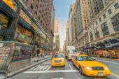 出租车加快沿着城市的街道. — 图库照片