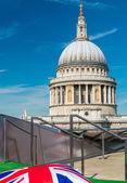Cattedrale di St. Paul con la bandierina della Gran Bretagna — Foto Stock