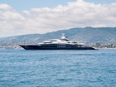 CANNES, FRANCE - AUGUST 13: Giant luxury yacth anchored in Frenc — Stock Photo