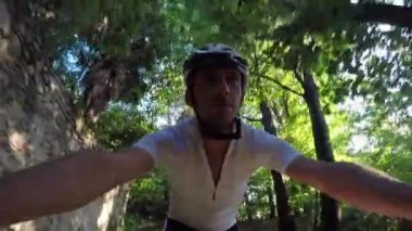 Cyclist rides a mountain bike in a forest. — Stock Video