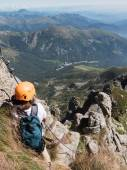 Climbing sport: caucasian young boy takes a rest observing the m — Stock Photo