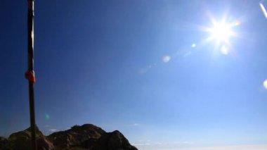 Skyrunner runs along a mountain trail — Stock Video