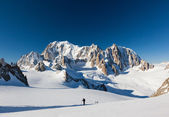 Ski mountaineers ascend the Vallee Blanche glacier. In backgroun — Stockfoto