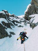 Buz tırmanışı: dağcı kar ve rock Düriye karışık bir güzergah üzerinde — Stok fotoğraf