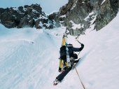 Ice climbing: mountaineer on a mixed route of snow and rock duri — Stock Photo