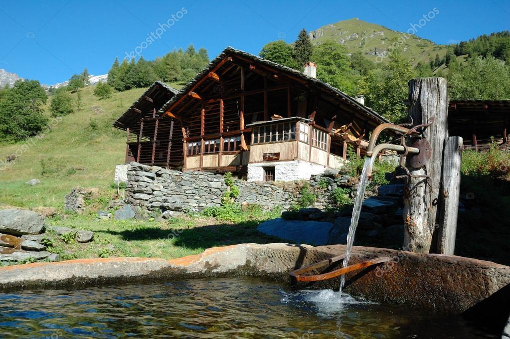 Casa di legno di montagna foto stock rcaucino 87997810 for Immagini di case di montagna