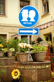 """Vintage outdoors city decor. Funny """"Kiss Place"""" sign — Stock Photo"""
