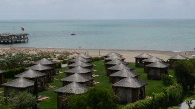 Panning of beach and villas at the luxury hotel, Antalya, Turkey — Stock Video