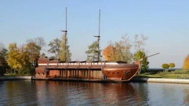 Novi Petrivtsi, Ucrânia - 14 de outubro: Galeão navio-restaurante em Mezhigirya em 14 de outubro de 2014 em Novi Petrivtsi, na Ucrânia. É a antiga residência do ex-presidente Yanukovich, agora aberto ao público — Vídeo stock