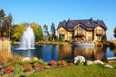 "NOVI PETRIVTSI, UKRAINE - OCTOBER 14: The fountain and ""Khonka""  — ストック写真"