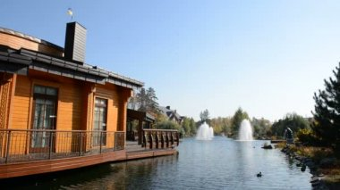 The fountain and wooden house in Mezhigirya, Ukraine. It is former residence of ex-president Yanukovich, now open to the public — Stock Video