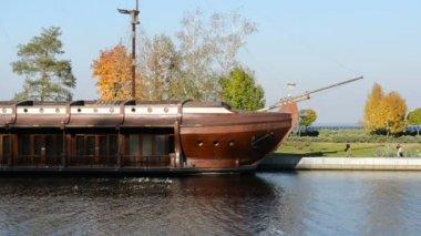 Galleon ship-restaurant in Mezhigirya of ex-president Yanukovich — Stock Video
