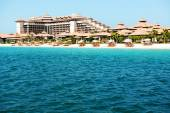 Beach of the luxury Thai style hotel on Palm Jumeirah man-made i — Stock Photo