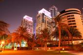 Strand nacht verlichting van de luxe hotel, dubai, verenigde arabische emiraten — Stockfoto