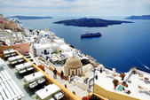 FIRA, GREECE - MAY 17: The view on Fira town and tourists enjoyi — Stock Photo