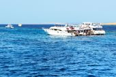 HURGHADA, EGYPT -  DECEMBER 6: Snorkeling tourists and motor yac — Stock Photo