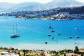 Recreation yachts near beach on Turkish resort, Bodrum, Turkey — Foto Stock