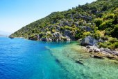 Ruins on on the shores of Kekova Island and yacht with tourists, — Stock Photo