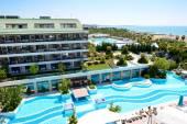 ANTALYA, TURKEY - APRIL 20: The tourists enjoing their vacation — Stock Photo