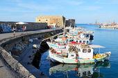Heraklion, řecko - 12. května: tradiční řecké rybářské lodi — Stock fotografie