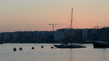 The timelaps of sunset and view on Sliema and sail yacht with Ukrainian flag, Sliema, Malta — Stock Video