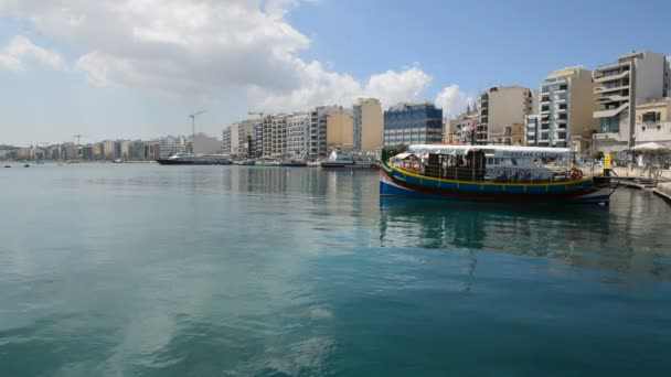 SLIEMA, MALTA - APRIL 22: The traditional Maltese boat for tourists cruises on April 22, 2015 in Sliema, Malta. More then 1,6 mln tourists is expected to visit Malta in year 2015. — Vidéo