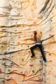 Mujer, escalada en acantilados artificiales — Foto de Stock