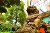 Lion guarding near Bank of China — Stock Photo