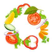 Blandade färska grönsaker flyger lätt sallad isolerade på vita b — Stockfoto