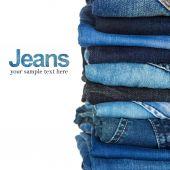 堆栈上的蓝色和黑色牛仔裤为背景 — 图库照片