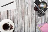 Vista superiore della macchina fotografica della pellicola dell'annata, adesivi, tazza di caffè su un woode — Foto Stock