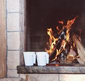 靠近壁炉的两个杯子 — 图库照片