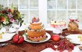 Dessert table for a wedding. Cake, cupcakes, sweetness and flowe — Stockfoto