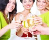Hand som håller bröllop glaset med champagne. — Stockfoto