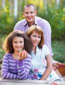 šťastná rodina s dcerou na podzimní piknik — Stock fotografie