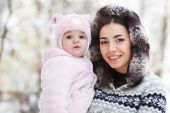 Young brunette mother with her daughter outdoors — Stock Photo