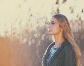 žena venku v podzimní den — Stock fotografie