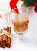 Christmas still life with hot chocolate nestling in fresh snow — Stock Photo