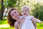 Happy mum and her Child playing in Park together. — Stock Photo