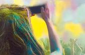 Foto de mulher tomada no telemóvel, no festival de holi cor — Fotografia Stock