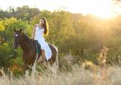 Beautiful woman and a horse — Stock Photo