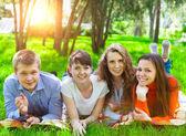 Junge College-Studenten mit Tablet Pc — Stockfoto