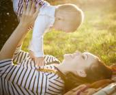 Mother with her baby daughter in autumn park — Stock Photo