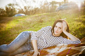 Portrait of a smiling brunette woman relaxing outdoors — Stock Photo