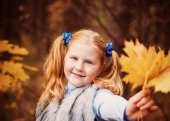 Girl in autumn forest — Stock Photo