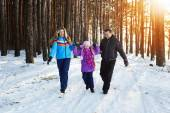 Happy family in winter forest — Stockfoto