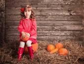 小女孩用木制的背景上的南瓜 — 图库照片