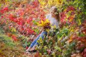 Beautiful young woman walking outdoors in autumn — Stock Photo